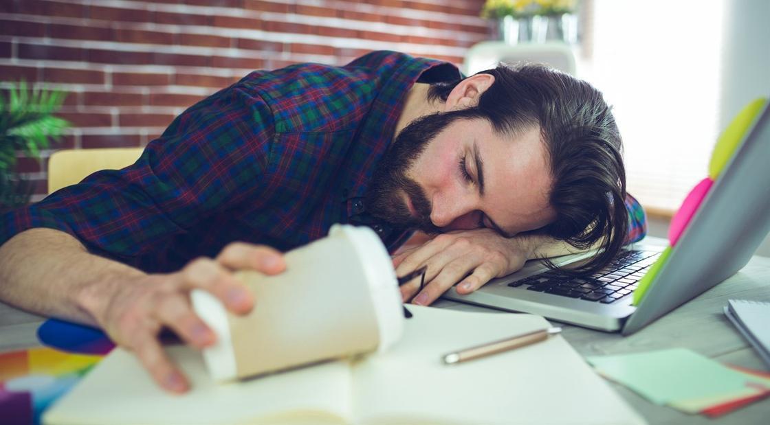 Кофе не поможет: врачи дали совет, как пережить рабочий день