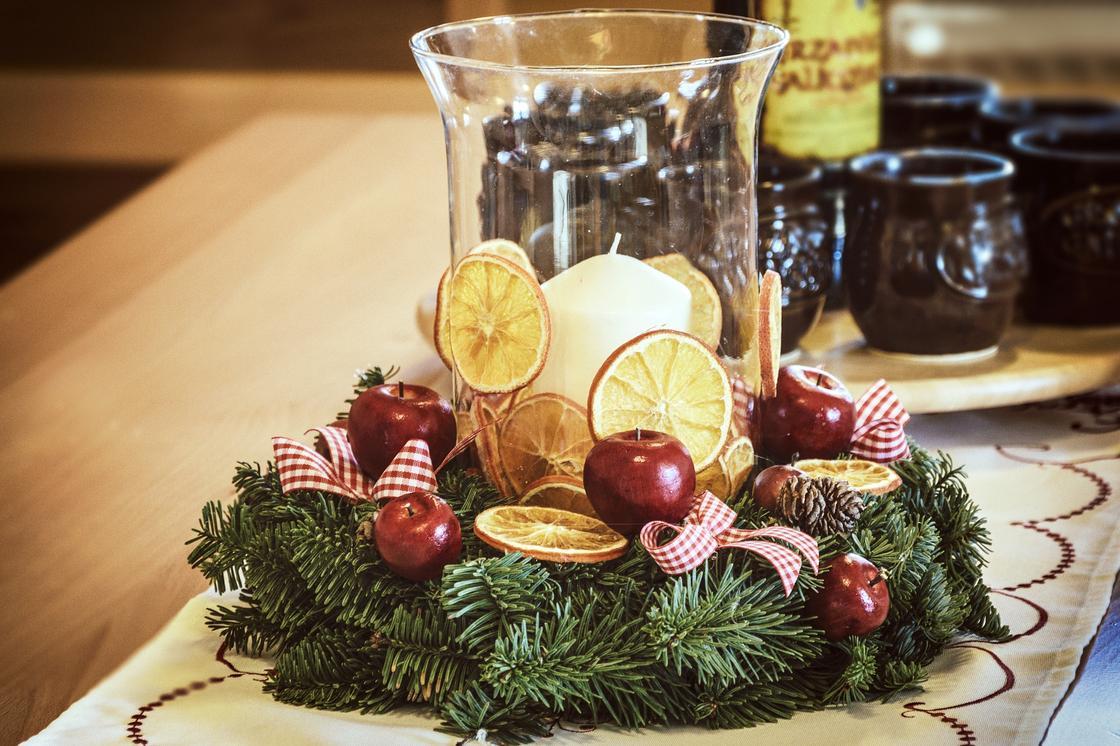 Венок с подсвечником и новогодним декором