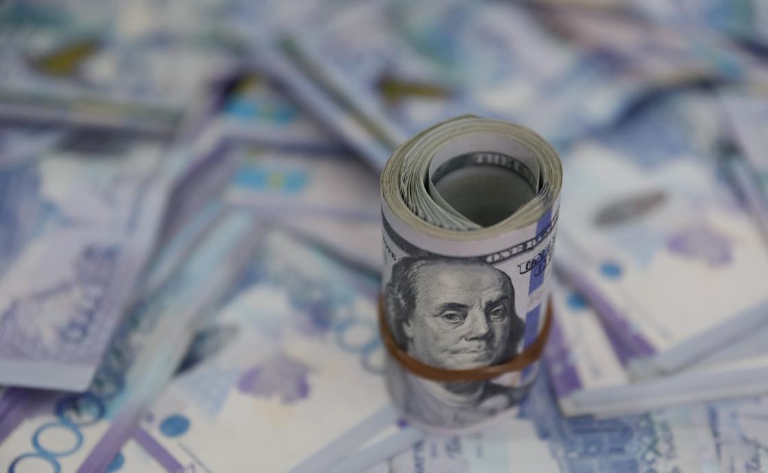 Курс доллара упал ниже 379 тенге