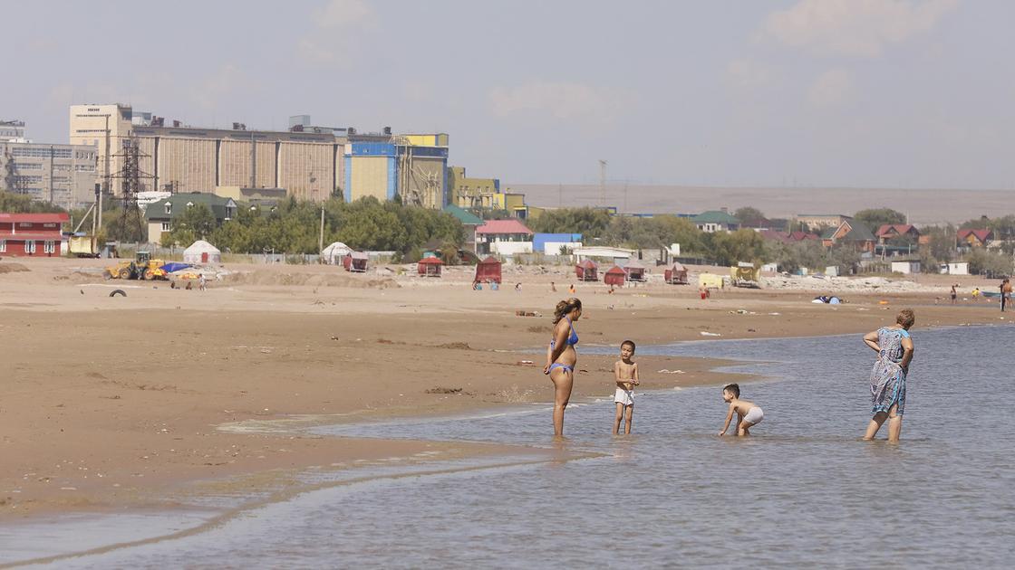 Дети и женщины стоят в воде