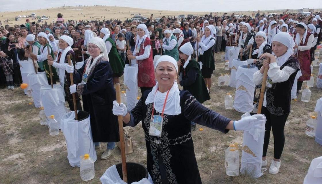 Мировой рекорд: 1000 жанааркинцев взбили одновременно 10 тысяч литров кумыса