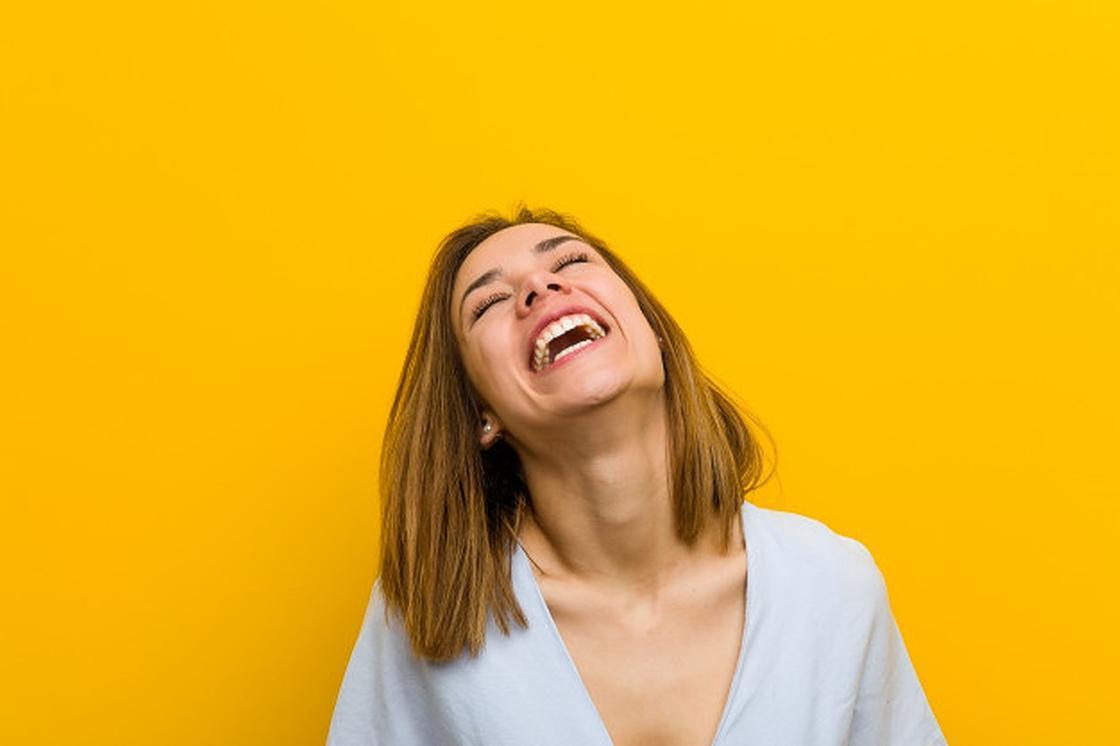 Девушка смеется