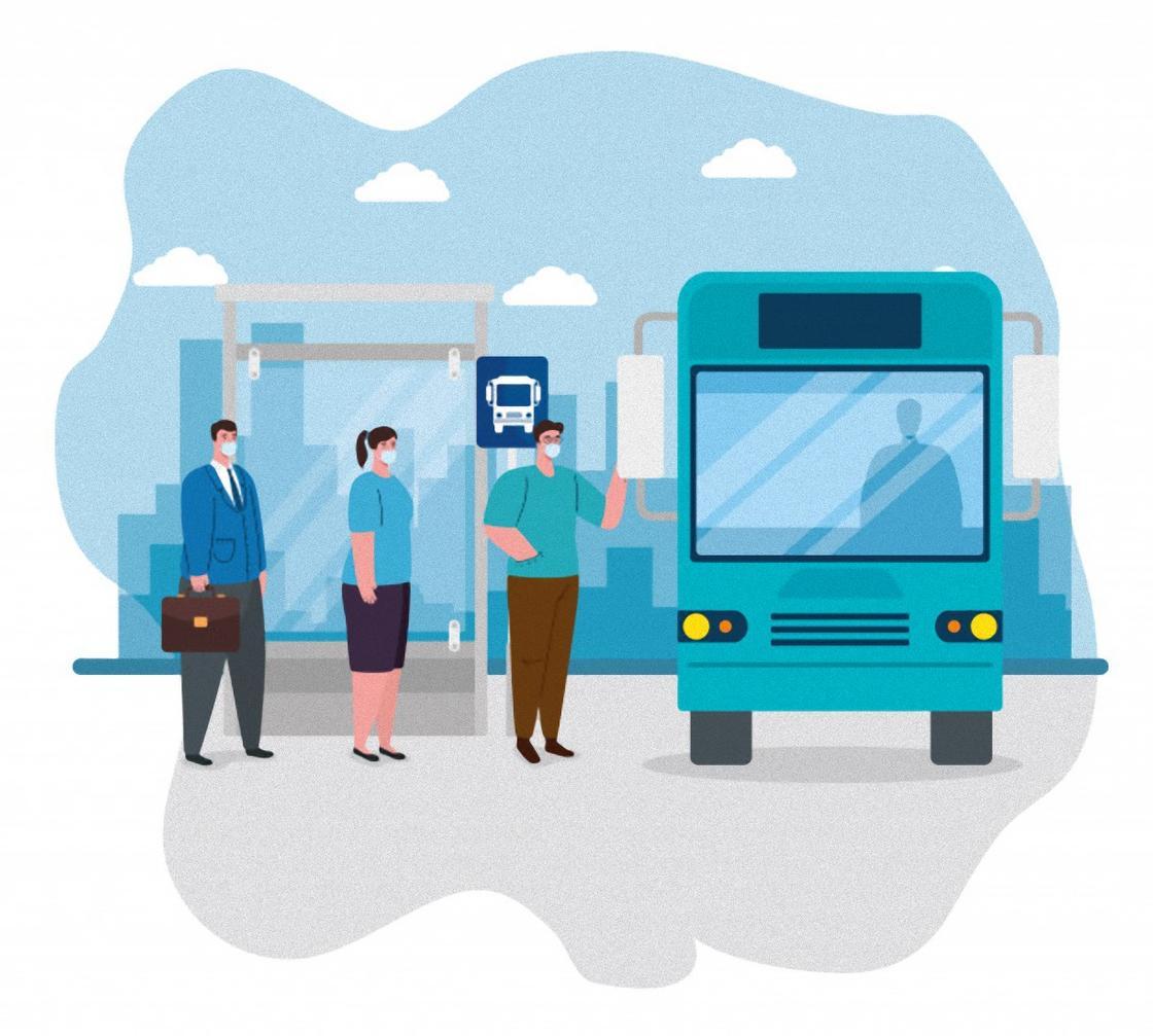 Люди заходят в транспорт