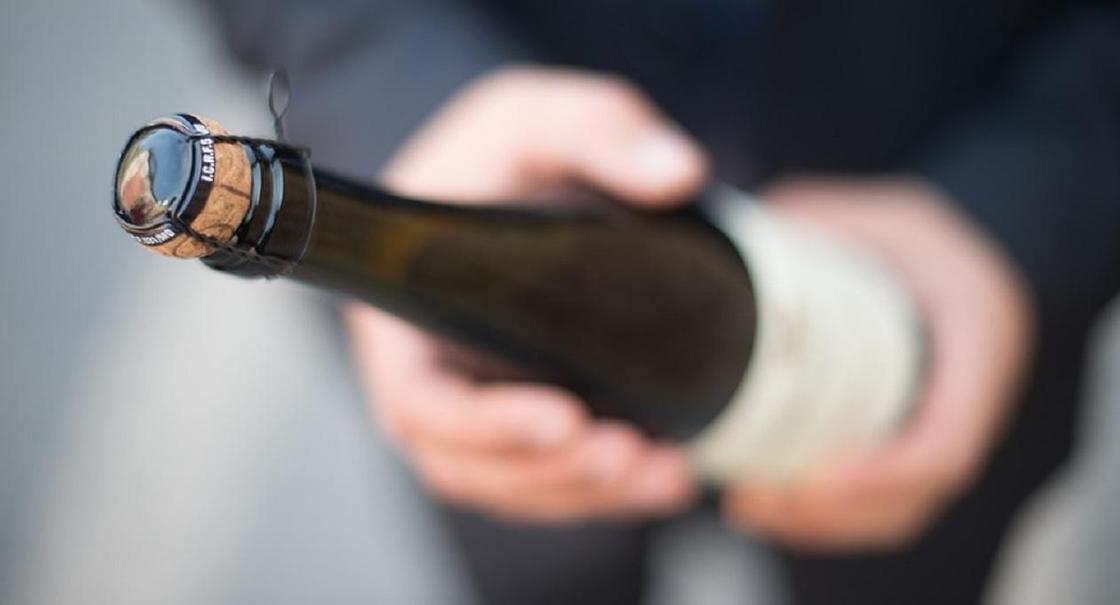 Молодожены портят экологию Байконура, разбивая бутылки с шампанским