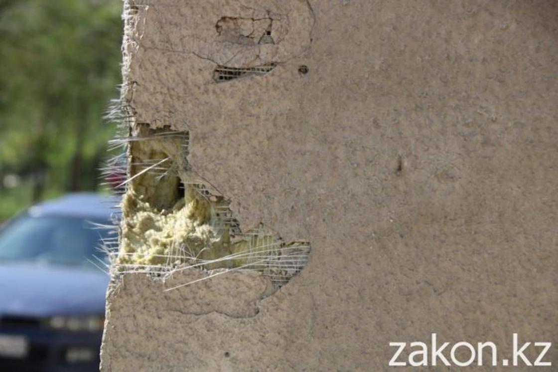 В акимате не считают поводом для беспокойства накренившийся дом в Алгабасе