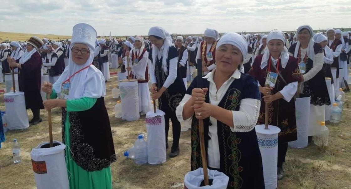 Мировой рекорд по взбиванию кумыса установили в Казахстане (фото, видео)