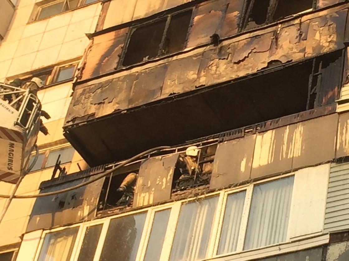 Пожарные забрались на балкон