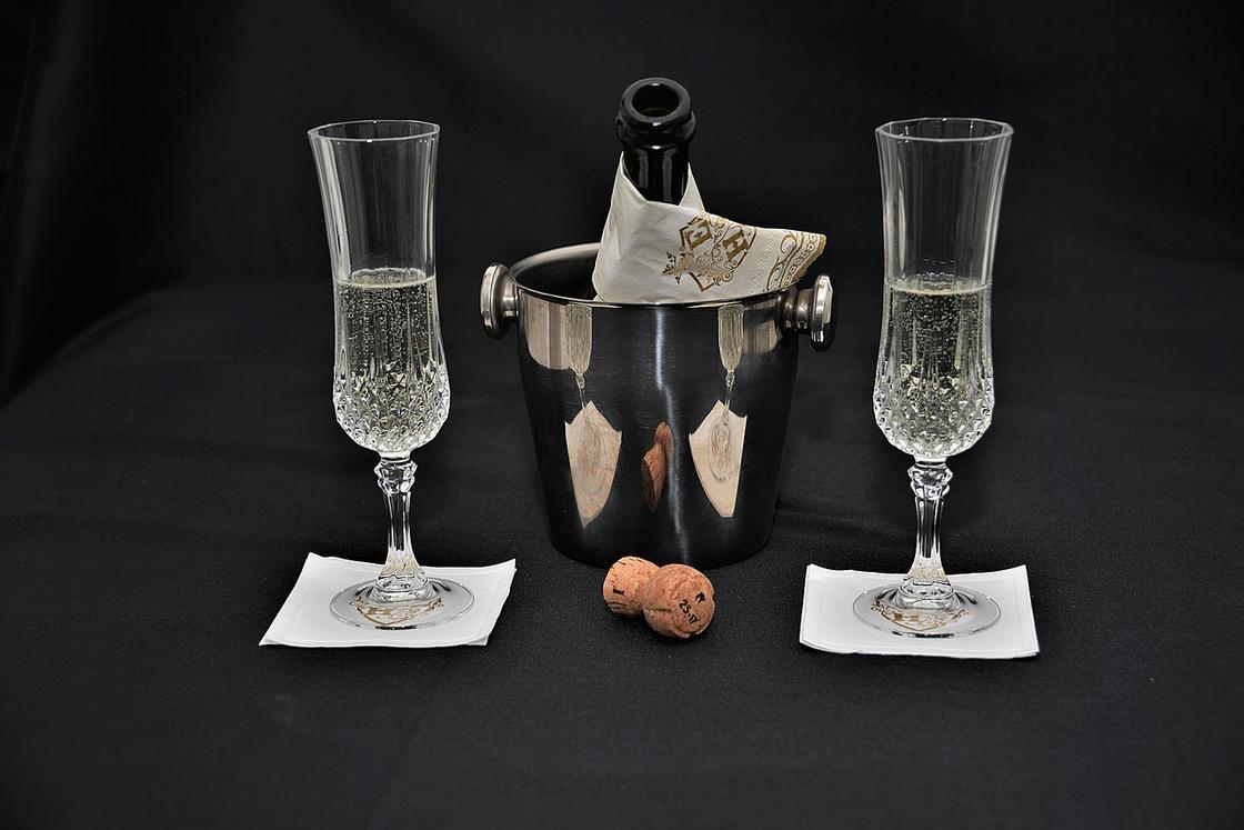 Бокалы с шампанским и ведерко с бутылкой