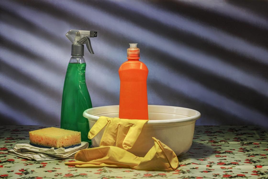 Моющие средства, тазик и резиновые перчатки