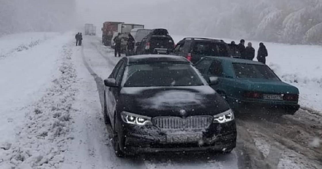 Десятки машин застряли в снежном заносе в ВКО