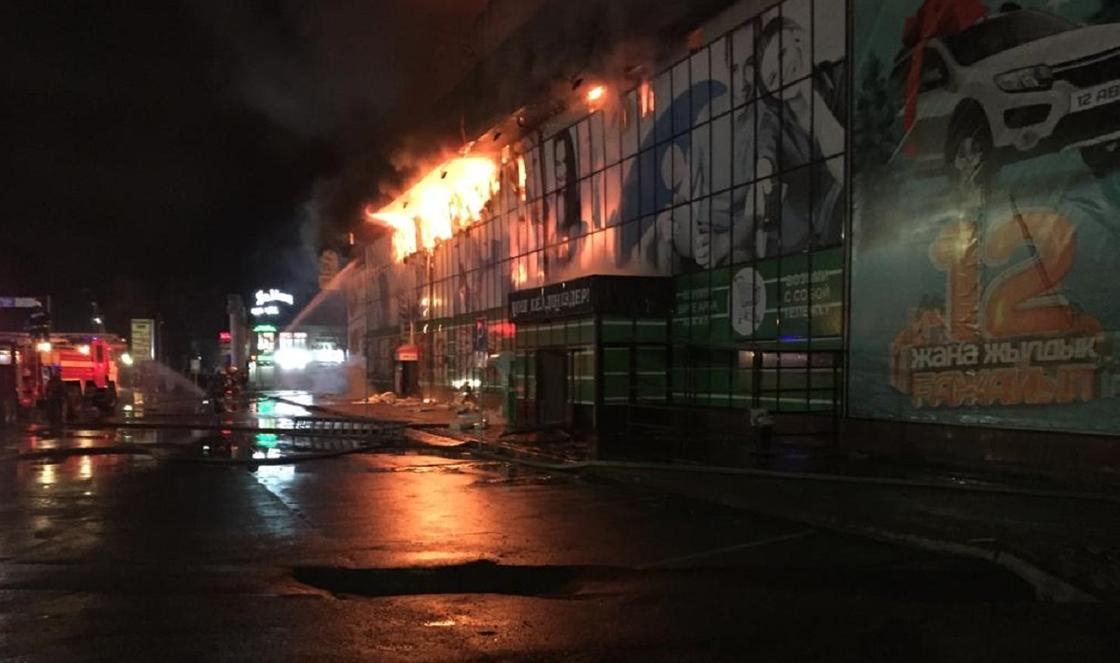 Почти сто человек тушили крупный пожар в супермаркете в Таразе (фото)