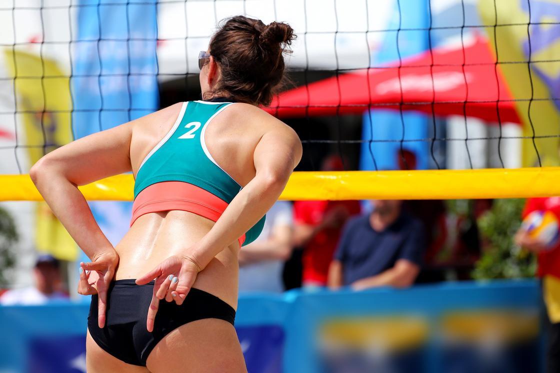 Волейболистка на поле для пляжного волейбола