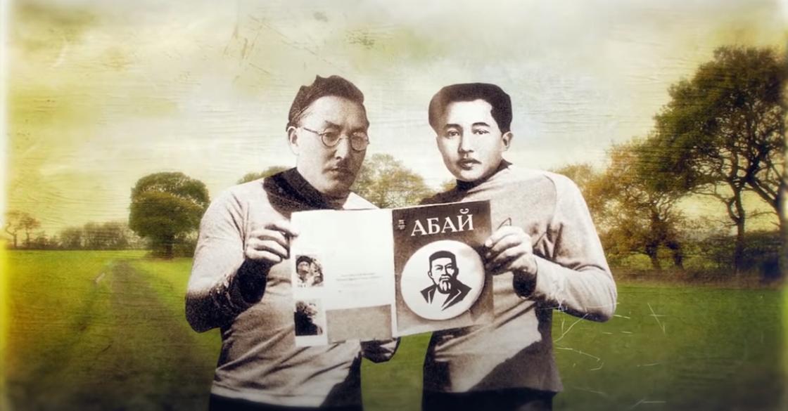 Мухтар Ауэзов (справа) с его первым журналом «Абай»