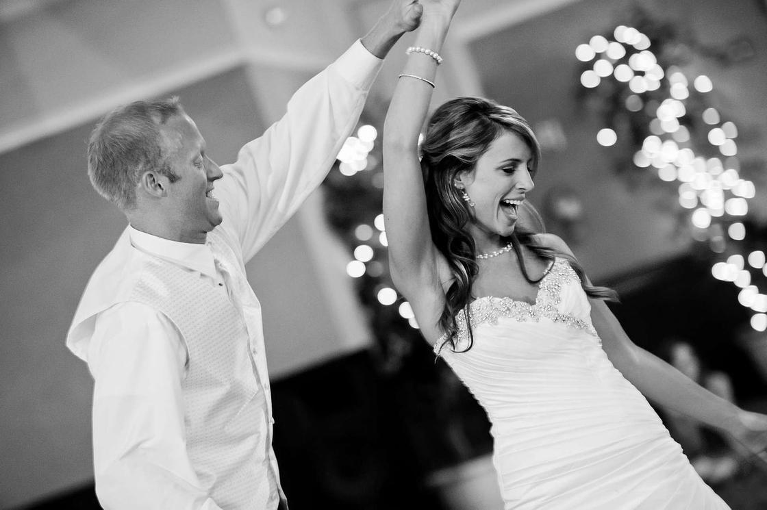 Молодожены веселятся на свадьбе