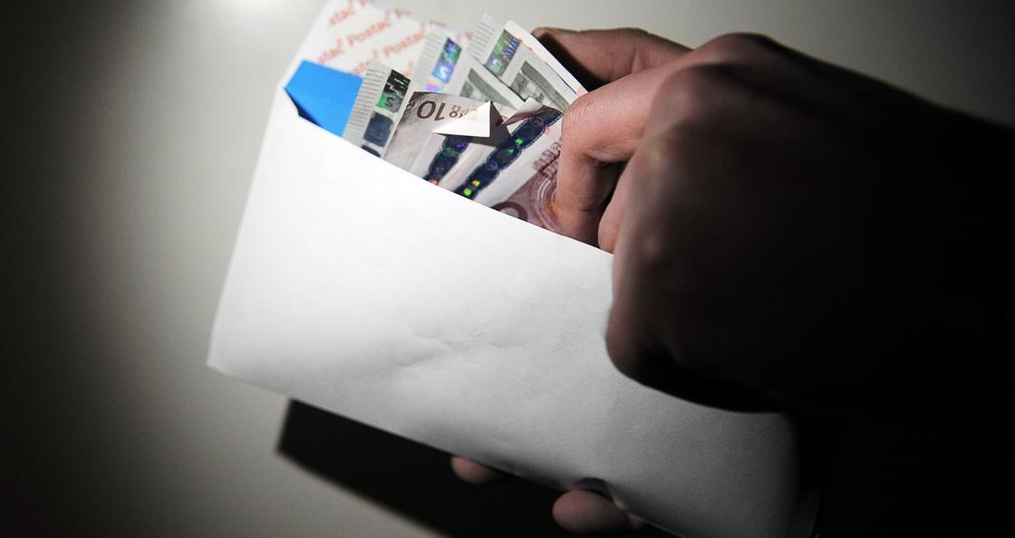 Таинственный незнакомец подкладывает людям конверты с деньгами