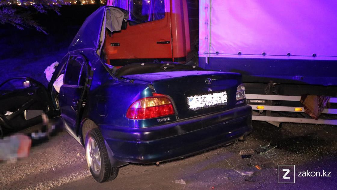 Поврежденные в аварии автомобили стоят на дороге