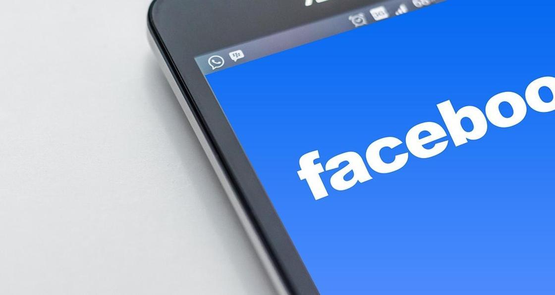 Facebook стал оценивать новости