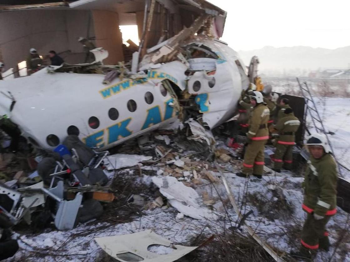 Семь человек погибли, трое пострадали в результате крушения самолета в Алматы (фото)