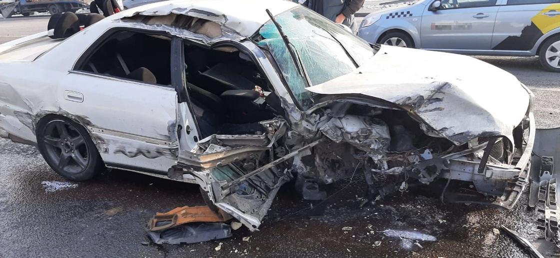Поврежденный автомобиль на дороге