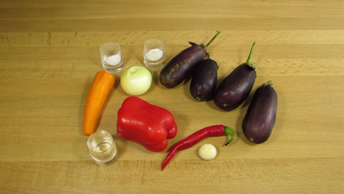 Баклажаны, морковь, лук и другие ингредиенты для баклажанов по-корейски