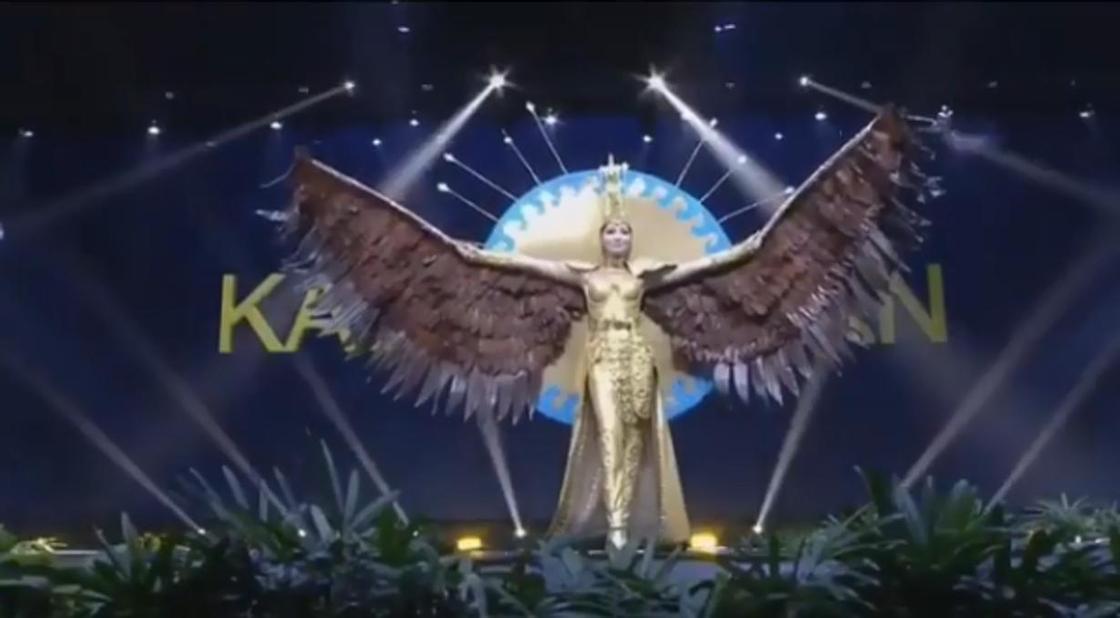 """Казахстанка продефилировала в платье с гигантскими крыльями на """"Мисс Вселенная"""" (видео)"""