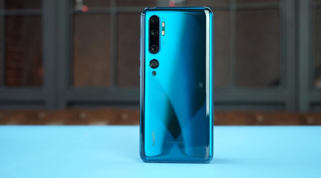 Голубой смартфон на столе