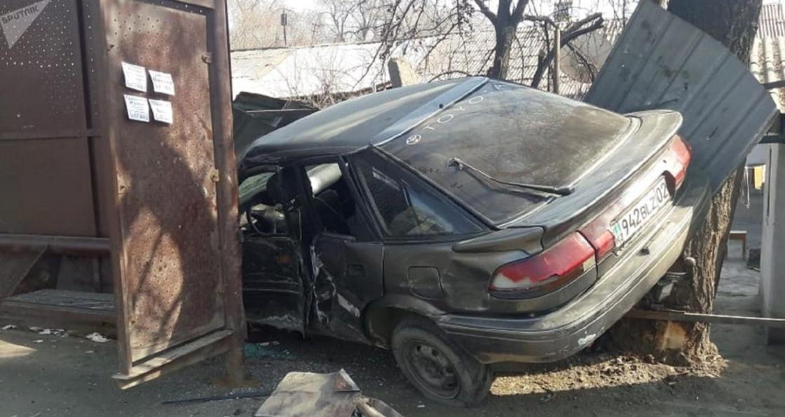 Toyota на скорости врезалась в остановку в Алматы: подозреваемый арестован