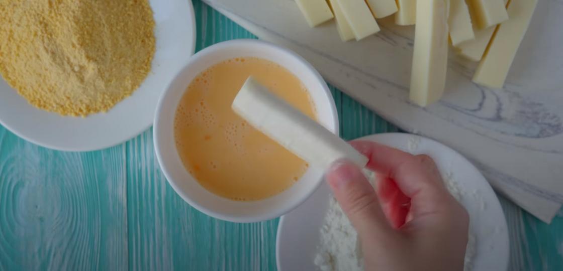 Формирование панировки на сырном брусочке