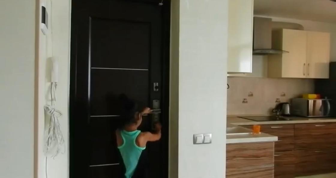 Реакция казахстанских детей на незнакомцев за дверью удивила родителей (видео)