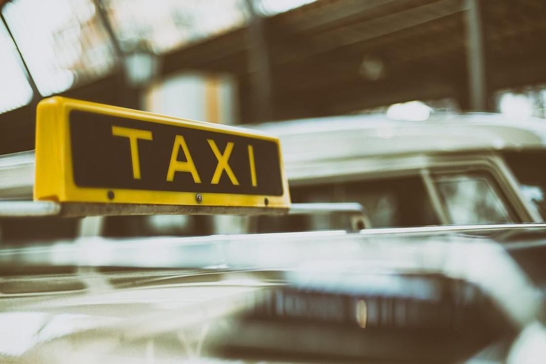 200 назойливых таксистов привлекли к ответственности за неподобающее поведение в январе
