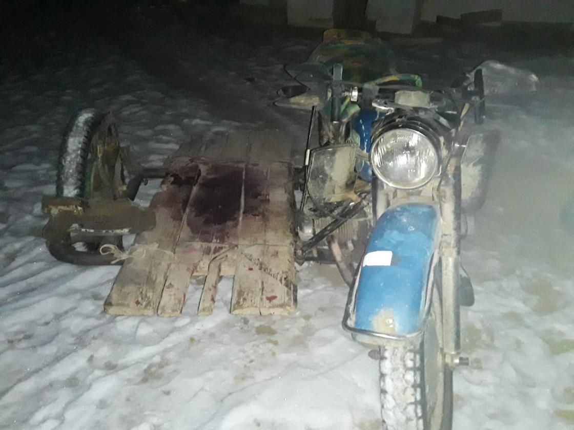 Мотоцикл стоит на снегу