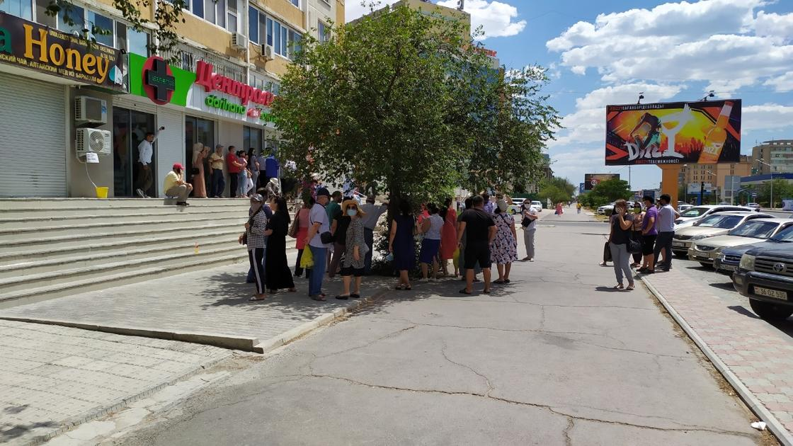 Жители Актау днем и ночью стоят в очередях в аптеки