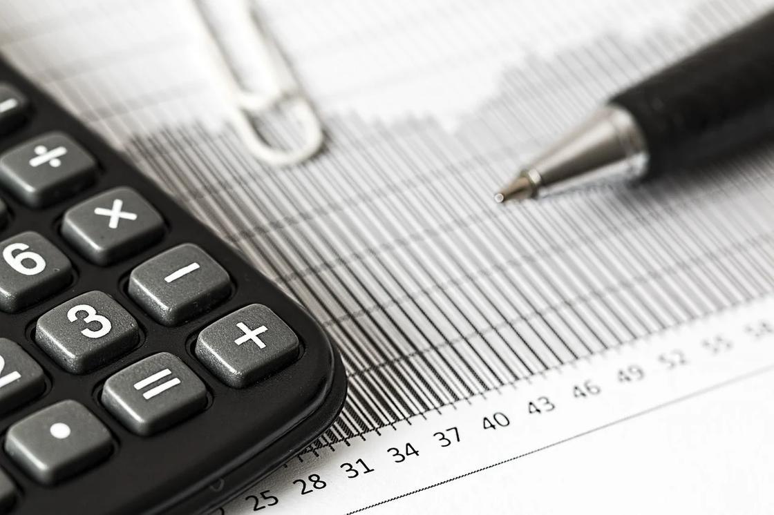 Калькулятор, бумага, скрепка и ручка