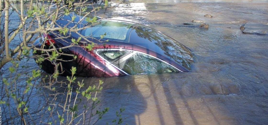 Машина с пассажирами ушла под воду в Балхаше