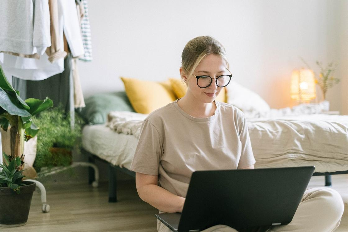 Девушка ведет блог