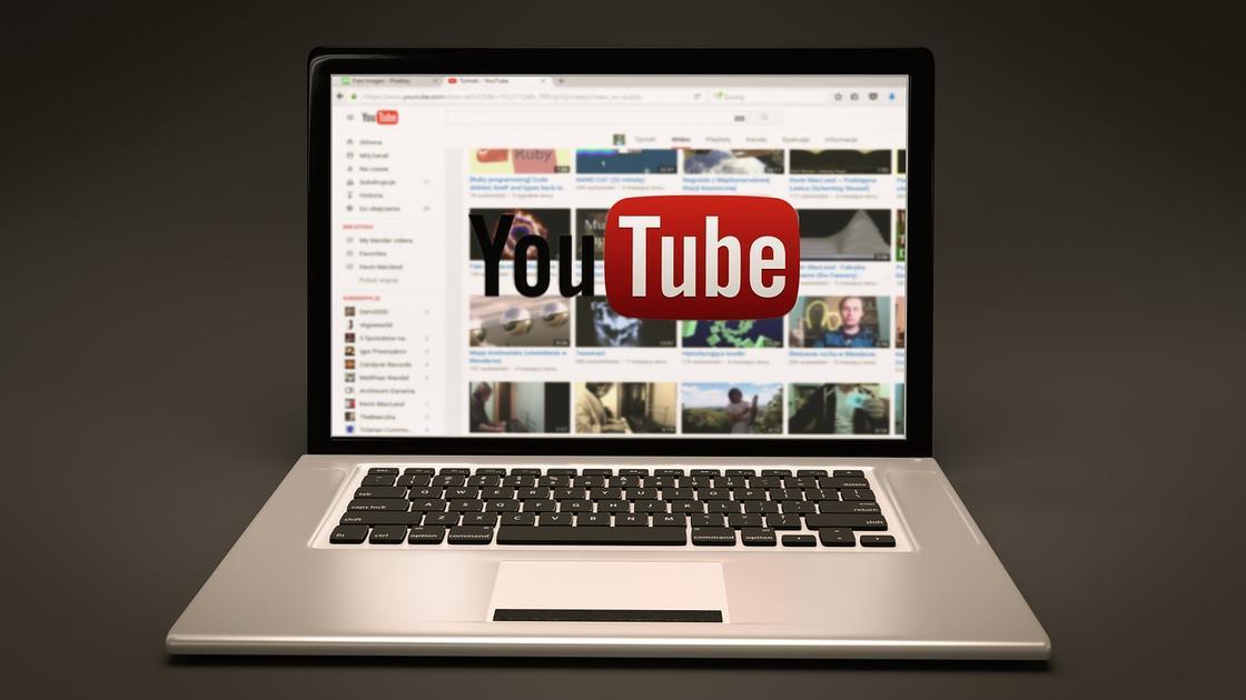 Ноутбук с открытым YouYube