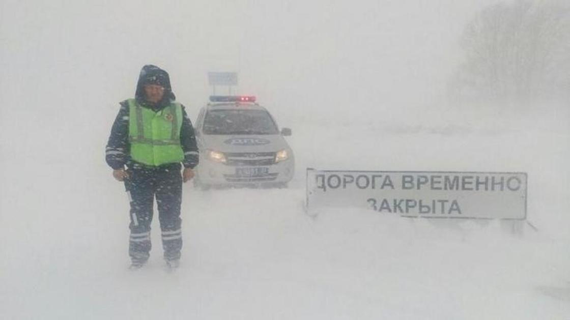 Трассу из Астаны закрыли из-за непогоды и сильной метели