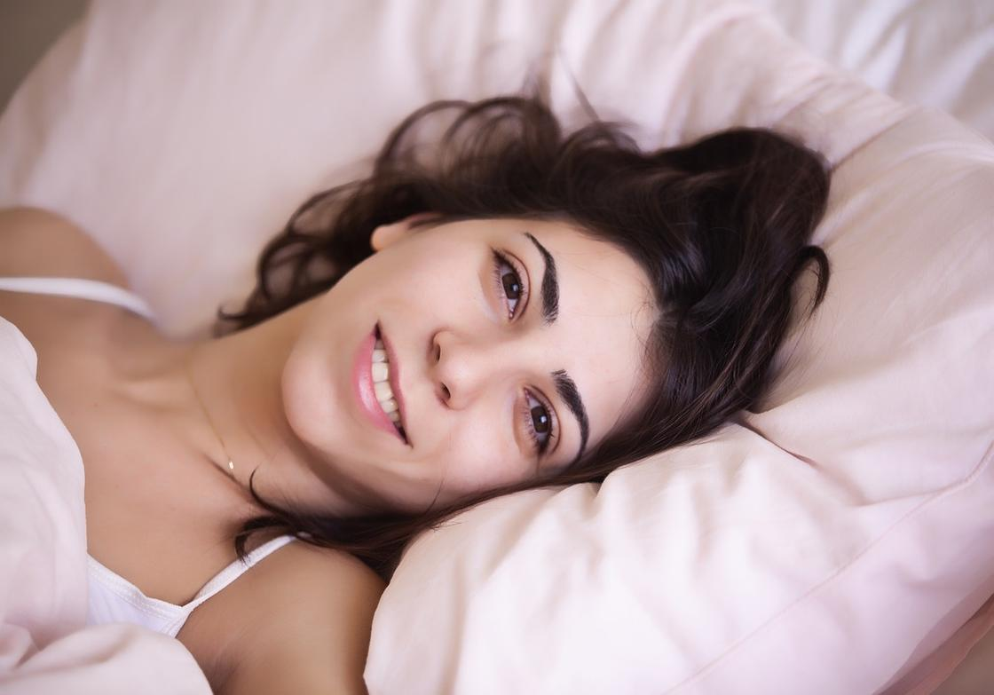 Женщина улыбается
