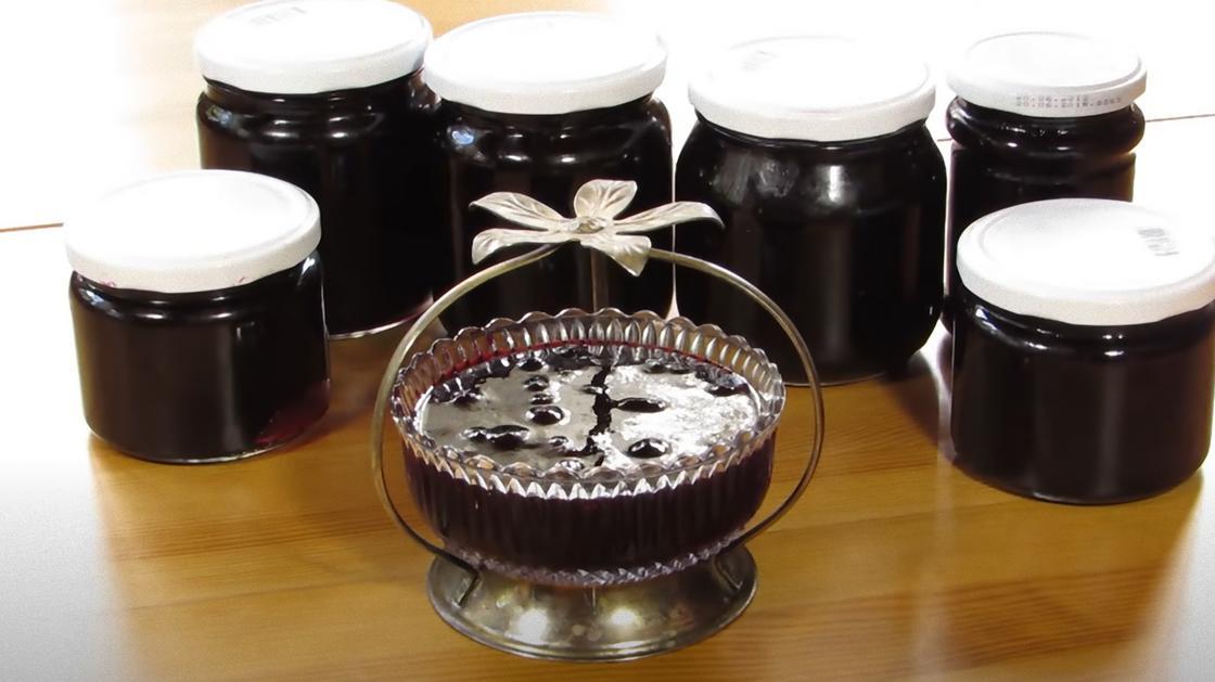 Варенье из черной смородины в вазочке и в банках