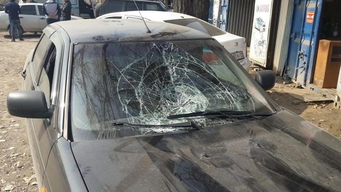 """""""Находятся в критическом состоянии"""": автомобиль сбил дорожных рабочих в Алматы (фото, видео)"""