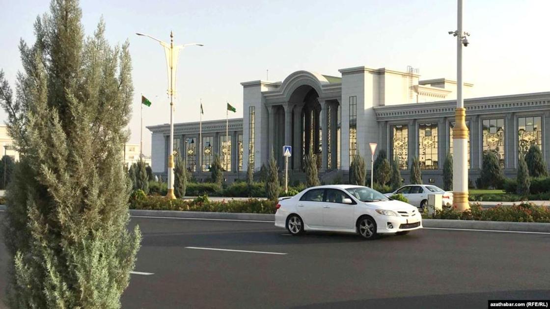 СМИ: У женщин отбирают права за проезд по центральной улице столицы Туркмении