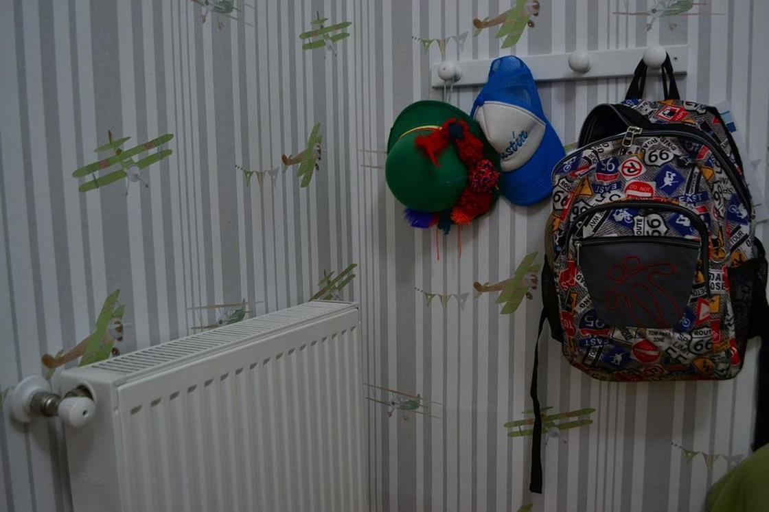 Неизвестный украл из квартиры в Павлодаре рюкзак с канцтоварами