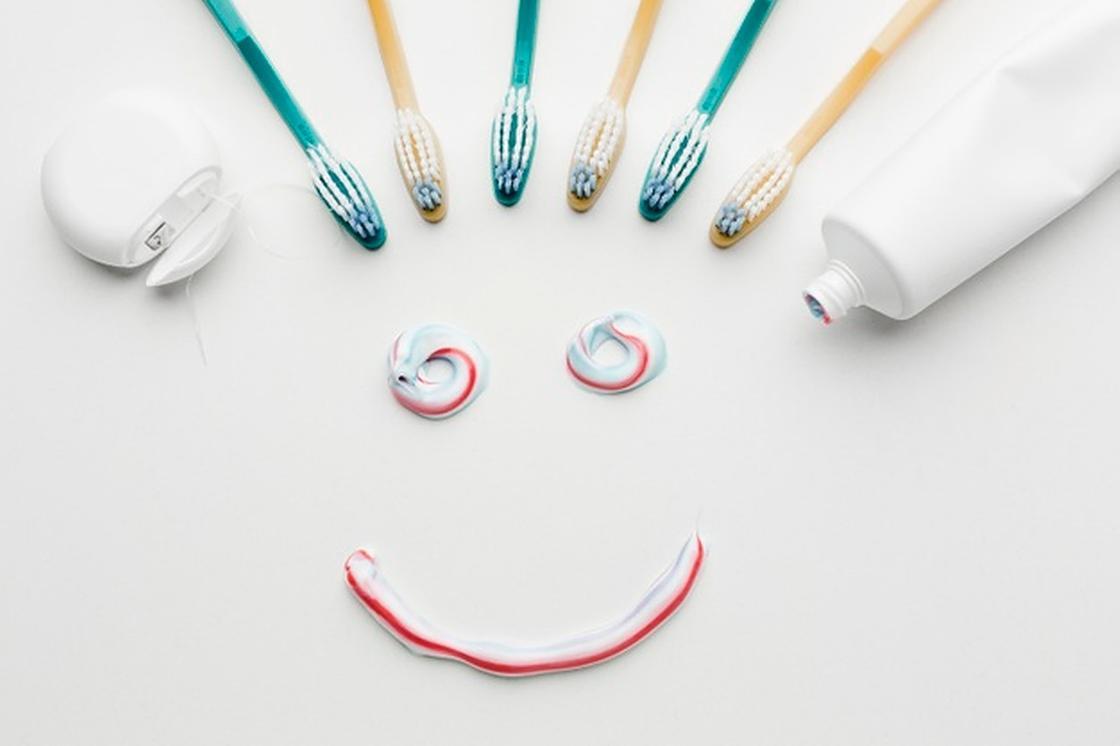 Улыбка из зубной пасты и зубные щетки