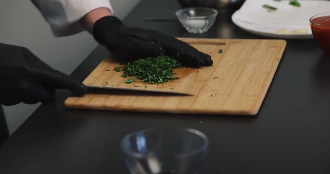 Нарезка зелени для соуса
