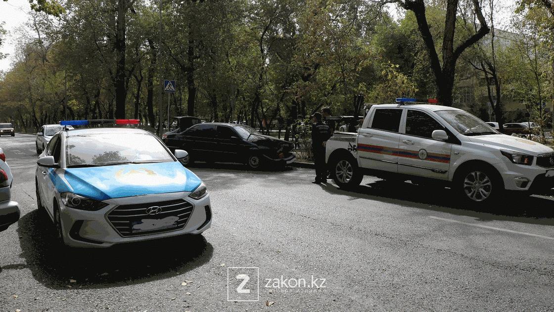Полиция и спасатели на месте аварии в Алматы