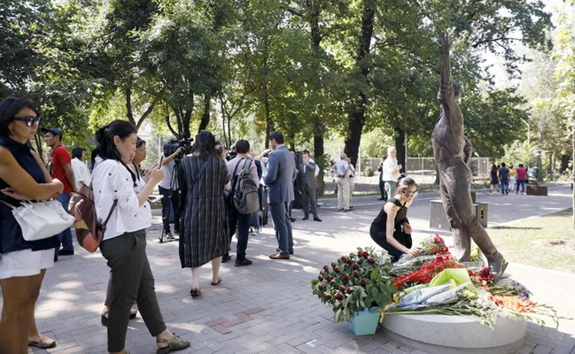 Всегда лежат цветы и не гаснут свечи: ас по Денису Тену прошел в Алматы (фото)