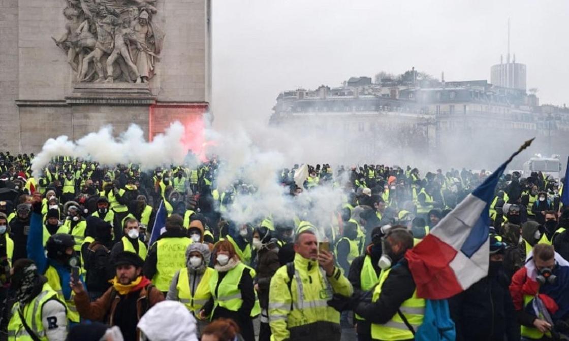 «Желтые жилеты» ограбили магазин Apple в Париже