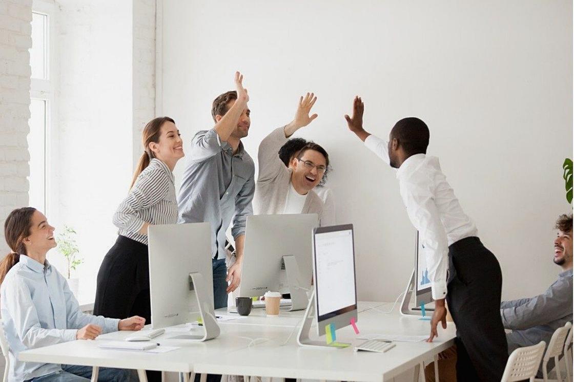 Люди в офисе радуются успеху