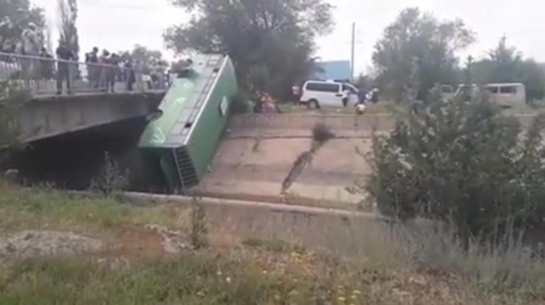 Автобус с пассажирами упал с моста в Талгарском районе