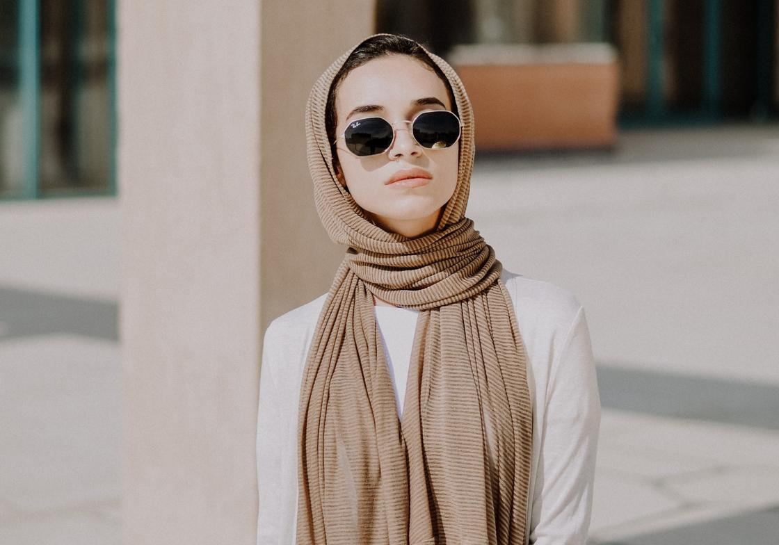 девушка в очках и с шарфом на голове